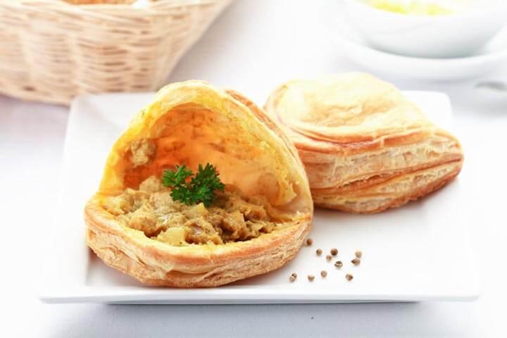 กะหรี่พัฟไก่ เมนูเบเกอรี่ยอดนิยม จาก puff & pie ครัวการบินไทย